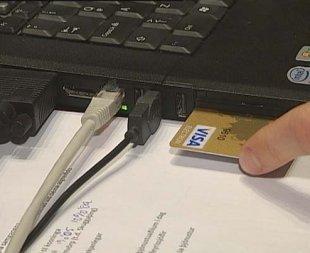 Örgjörvi í debetkortum gerir þau að rafrænum skilríkjum. Mynd RÚV.